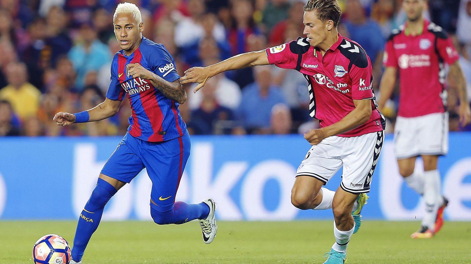 Foto: Marcos Llorente intenta frenar a Neymar durante el Barça-Alavés. (EFE)