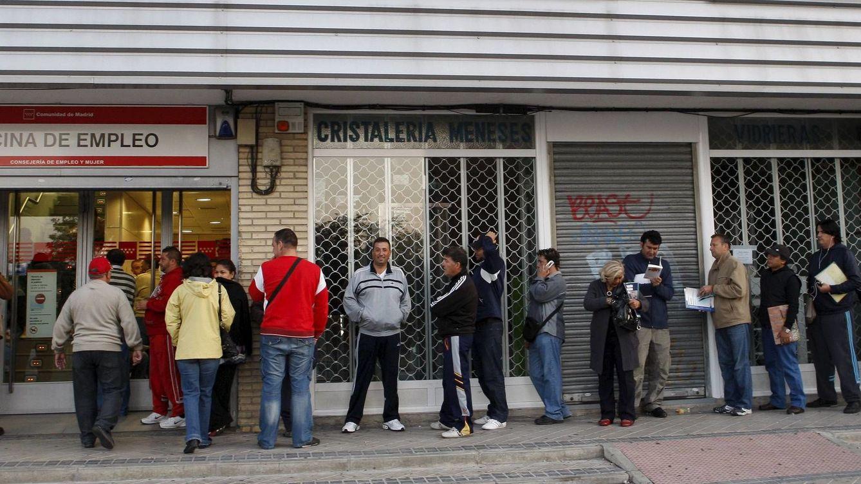Foto: Decenas de personas esperan su turno ante una oficina del INEM (Efe)