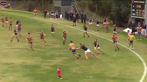 Una niña de dos años se cuela en un partido de fútbol australiano