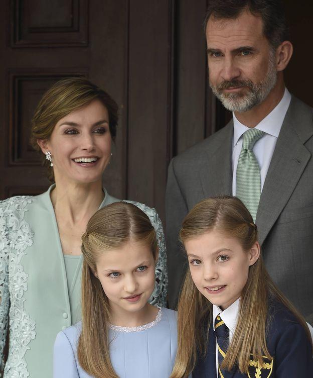 Foto: Los Reyes con sus dos hijas en la comunión de Sofía. (Gtres)