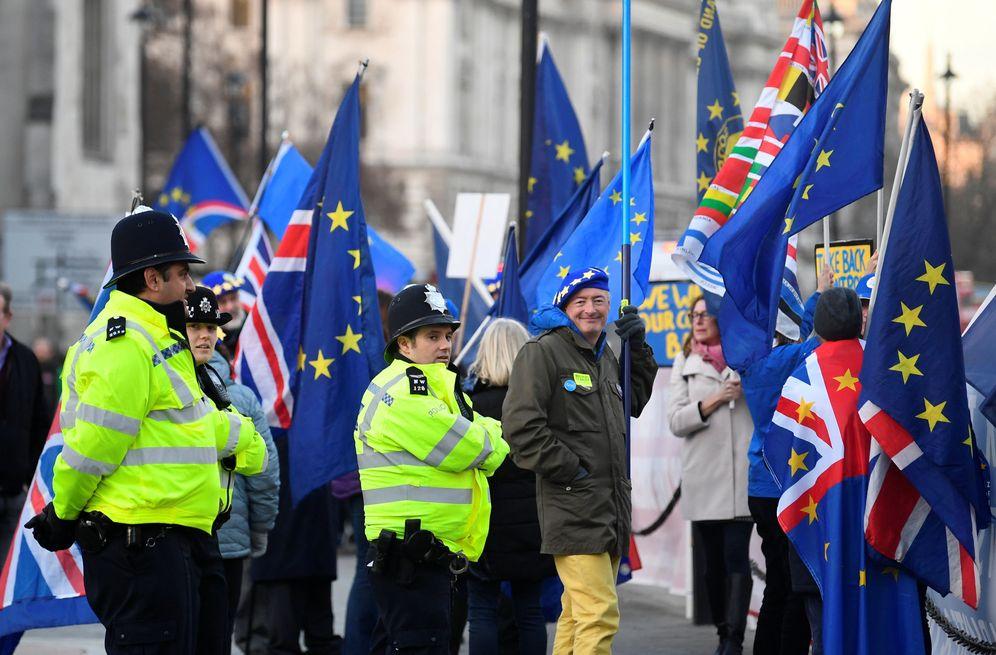 Foto: Manifestantes a favor y en contra del Brexit ante el Parlamento británico. (Reuters)