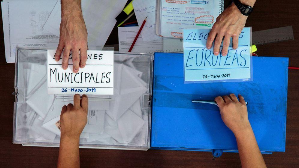 Foto: Una persona ejerce su derecho al voto este domingo durante las elecciones municipales y europeas. (EFE)