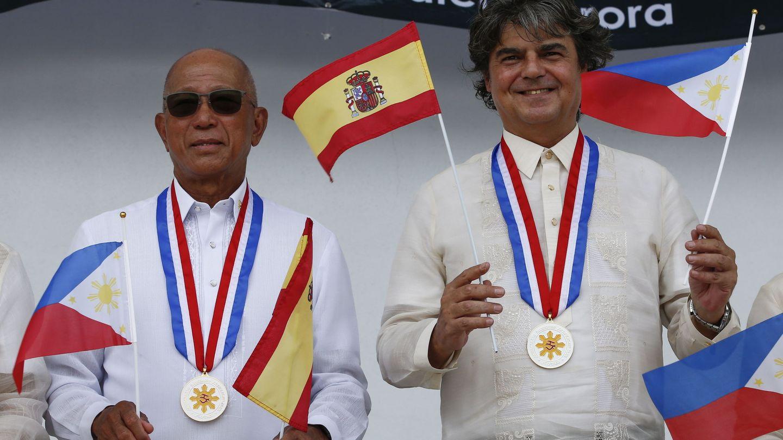 El embajador español Jorge Moragas, junto al responsable de Defensa filipino. (EFE)