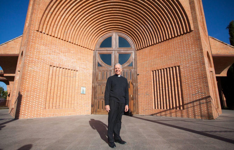 Foto:  El sacerdote Jesús Higueras posa este viernes a las puertas de Santa María de Caná. (Enrique Villarino)