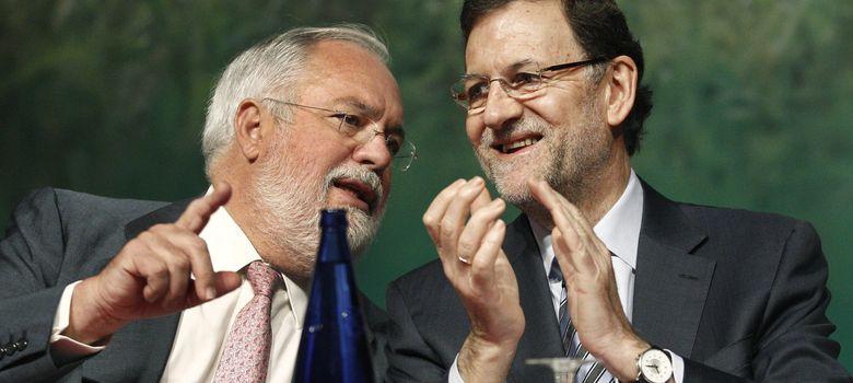 Foto: El presidente del Gobierno, Mariano Rajoy (d), conversa con el ministro de Agricultura, Miguel Arias Cañete.