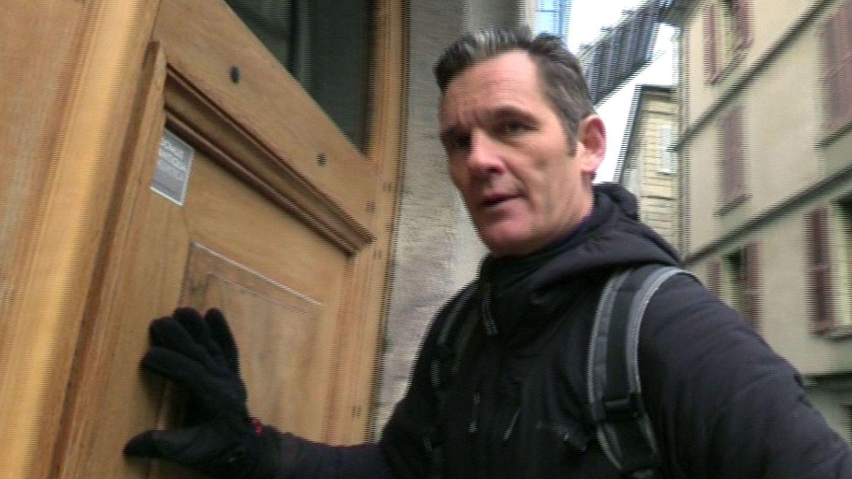 Iñaki Urdangarin, en la entrada de su domicilio en Ginebra. (EFE)