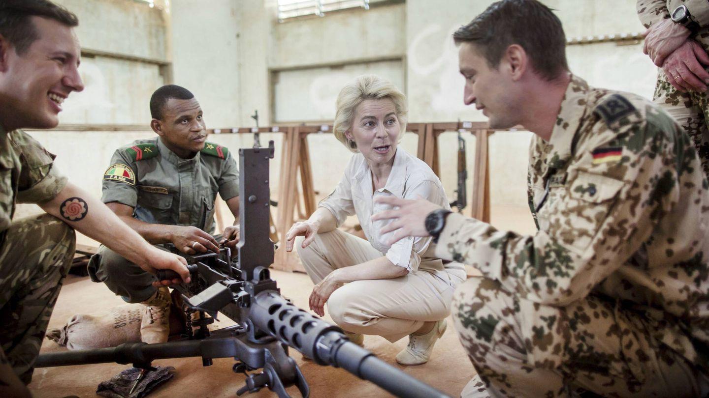 Von der Leyen, durante una visita al contingente alemán desplegado en Mali, en Koulikoro. (Reuters)