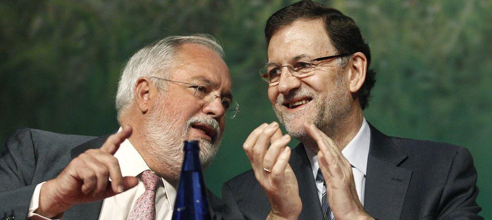 Foto: El presidente del Gobierno, Mariano Rajoy (d), conversa con el ministro de Agricultura, Miguel Arias Cañete. (EFE)