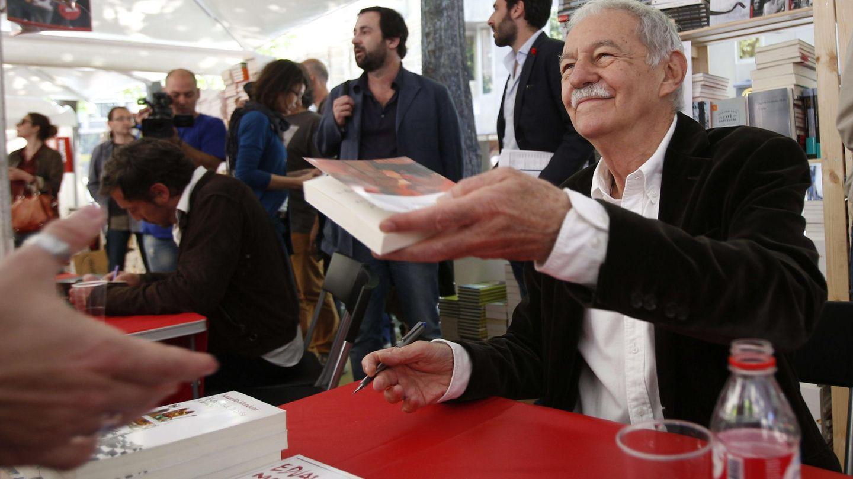 Eduardo Mendoza, ayer en Barcelona, firmando por Sant Jordi. (Efe)