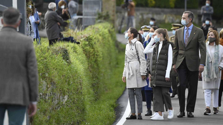 La reina Letizia hablando con algunos habitantes de Somao. (Limited Pictures)