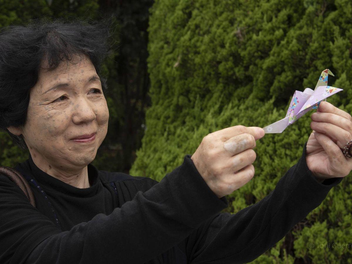 Foto: Una señora porta una grulla en la ceremonia de la paz de Hiroshima en agosto de 2019 (Toñi Guerrero)