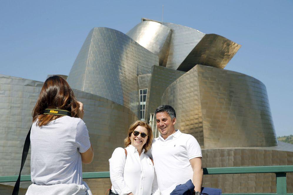 Foto: Dos turistas se hacen una fotografía ante el Museo Guggenheim de Bilbao. (EFE)