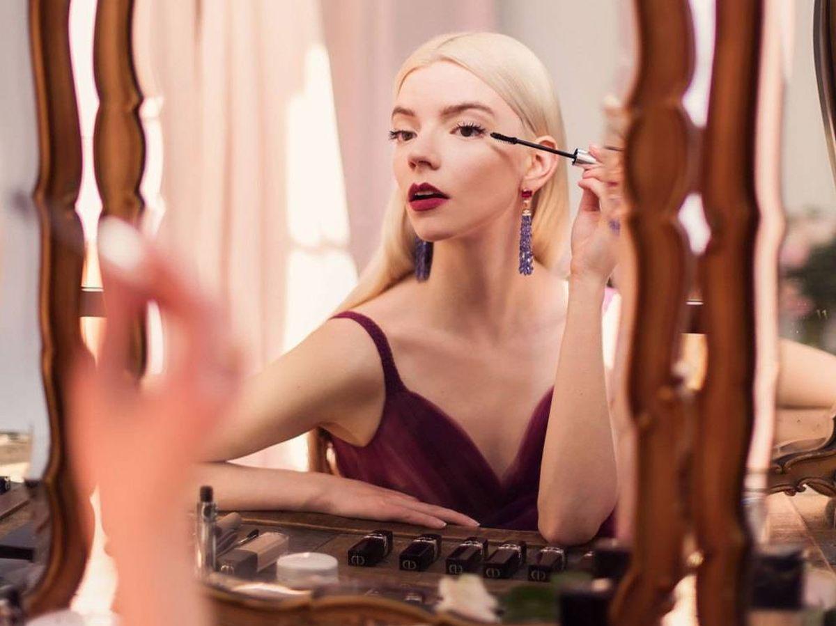 Foto: Anya Taylor-Joy, maquillándose. (Cortesía de Dior)