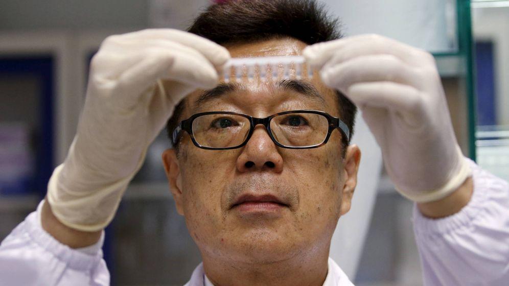 Foto: El doctor Masafumi Inoue de A-STAR en su laboratorio. (Reuters/Edgar Su)