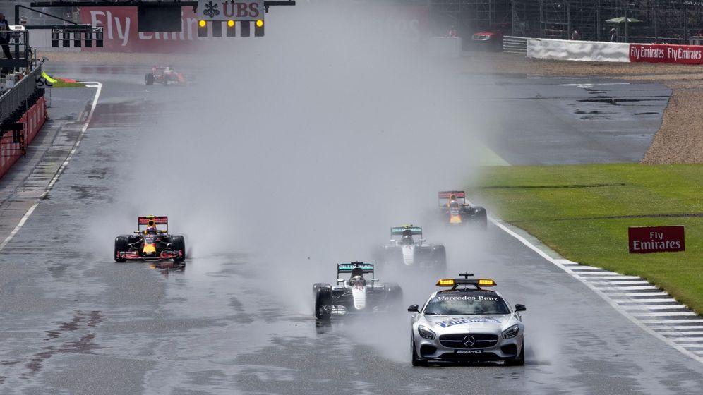 Foto: La carrera comenzó con los coches por detrás del 'Safety Car' (EFE EPA VALDRIN XHEMAJ)