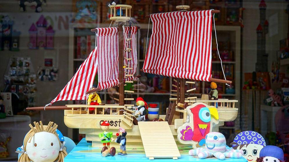Foto: Varios juguetes infantiles expuestos sobre una mesa
