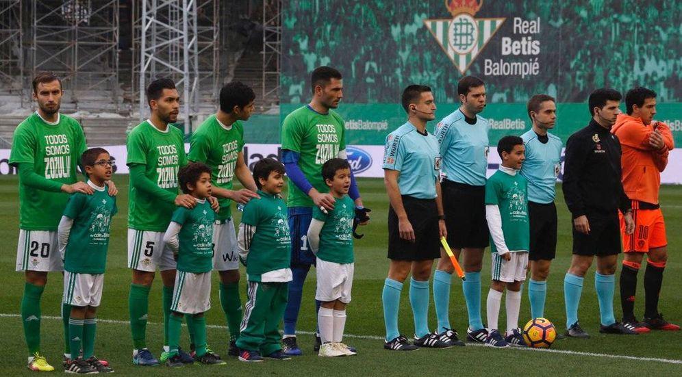 Foto: Imagen de los jugadores del Betis luciendo camisetas en apoyo a su compañero Zozulya (Twitter)
