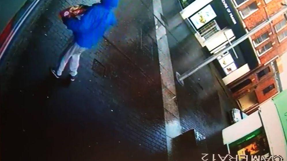 Foto: El ladrón, en el momento de sacar el hacha de la bolsa en la que iba escondido