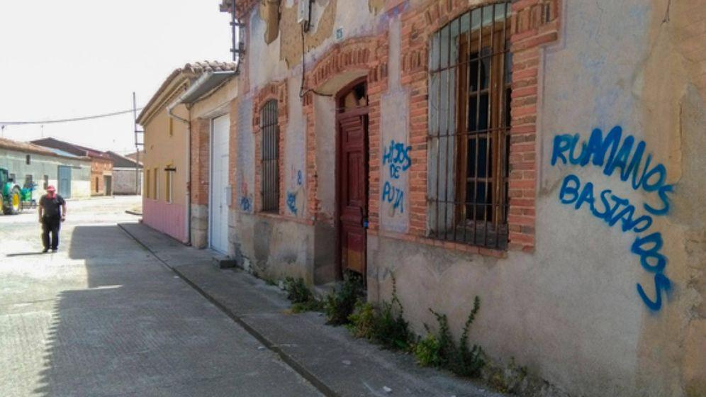 Foto: Pintadas contra la comunidad rumana en Morales de Toro en un incidente pasado. (La Opinión de Zamora)