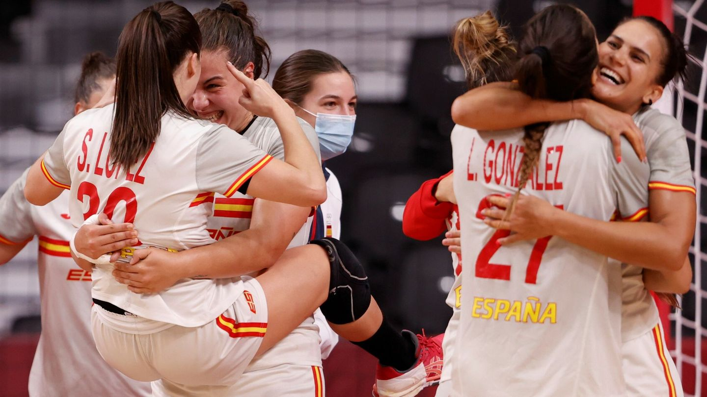 Jugadoras de España celebran al vencer a Brasil. (EFE)