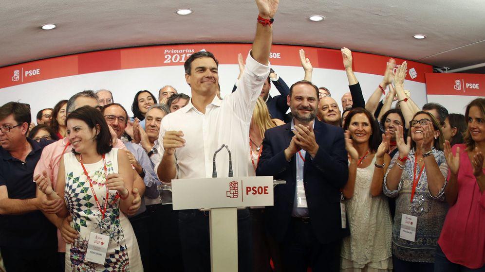 Foto: El secretario general del PSOE, Pedro Sánchez, tras conocer los resultados de las primarias socialistas. (EFE)
