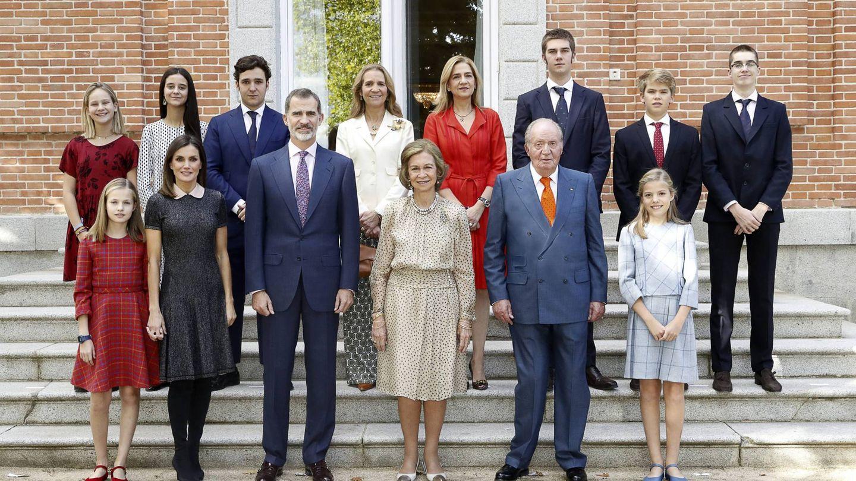 La última imagen pública de los Reyes eméritos con sus hijos y nietos, en Zarzuela. (EFE)