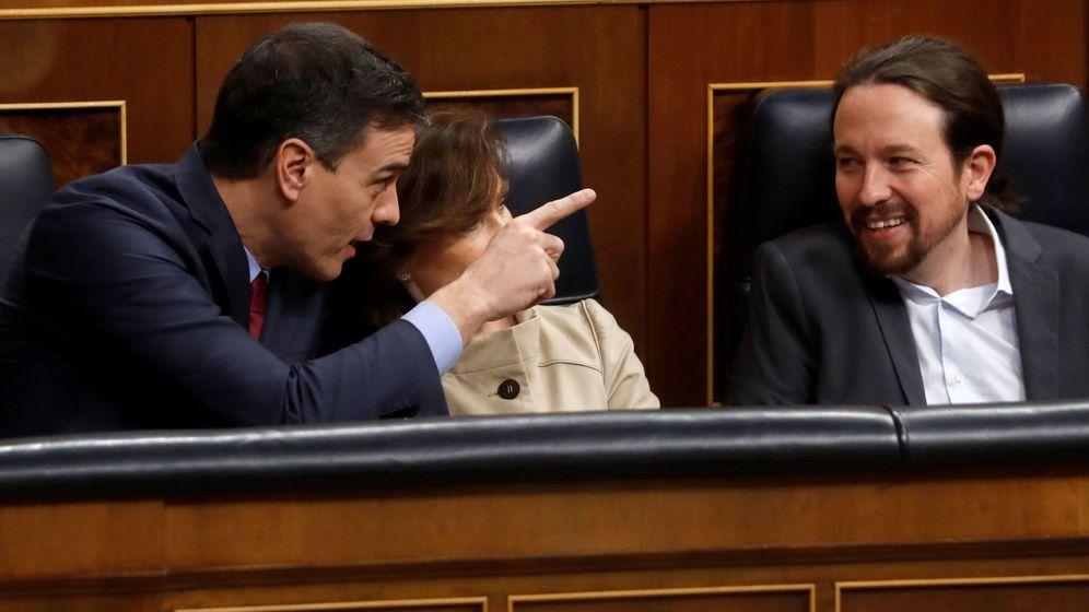 Foto: De i. a d.: el presidente del Gobierno, Pedro Sánchez, junto a la vicepresidenta primera Carmen Calvo, y el vicepresidente de Derechos Sociales y Agenda 2030, Pablo Iglesias. (EFE)