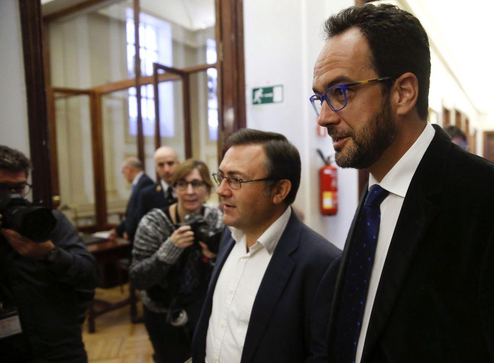 Foto: Antonio Hernando llega a la Junta de Portavoces del Congreso con su número dos, Miguel Ángel Heredia, este 8 de noviembre. (EFE)