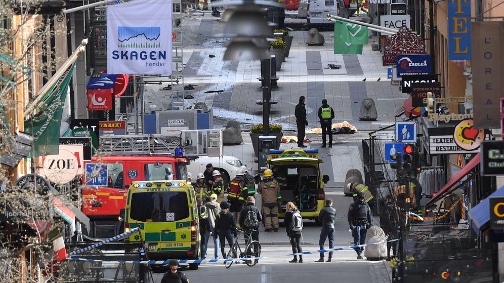 Foto: Efectivos de seguridad y emergencia en la escena del atentado, en Estocolmo. (Reuters)