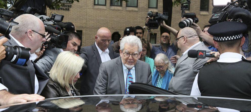 Foto: El presentador Rolf Harris (c) a la salida del juzgado de Southwark Crown, en Londres, el lunes 30 de junio. (Reuters)