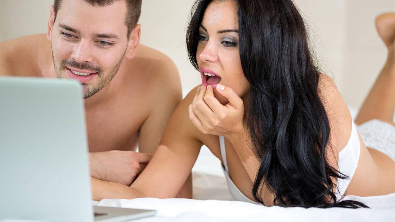 Foto: Cada vez son más las parejas que ven juntas contenidos pornográficos. (iStock)
