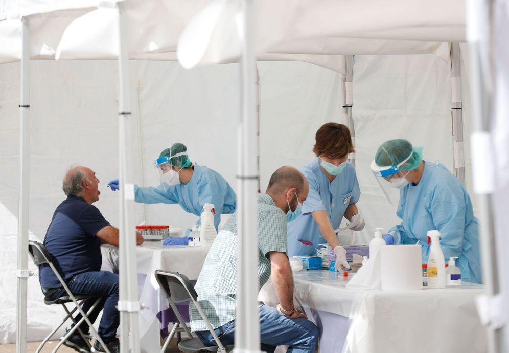 Foto: Sanitarios realizan este miércoles pruebas PCR a habitantes de Ordizia en las carpas instaladas en el municipio. (EFE)