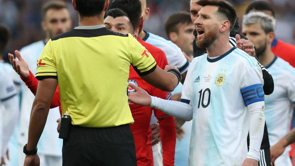 Foto: Messi discute con el árbitro por su expulsión en la bronca que tuvo con el chileno Gary Medel. (EFE)