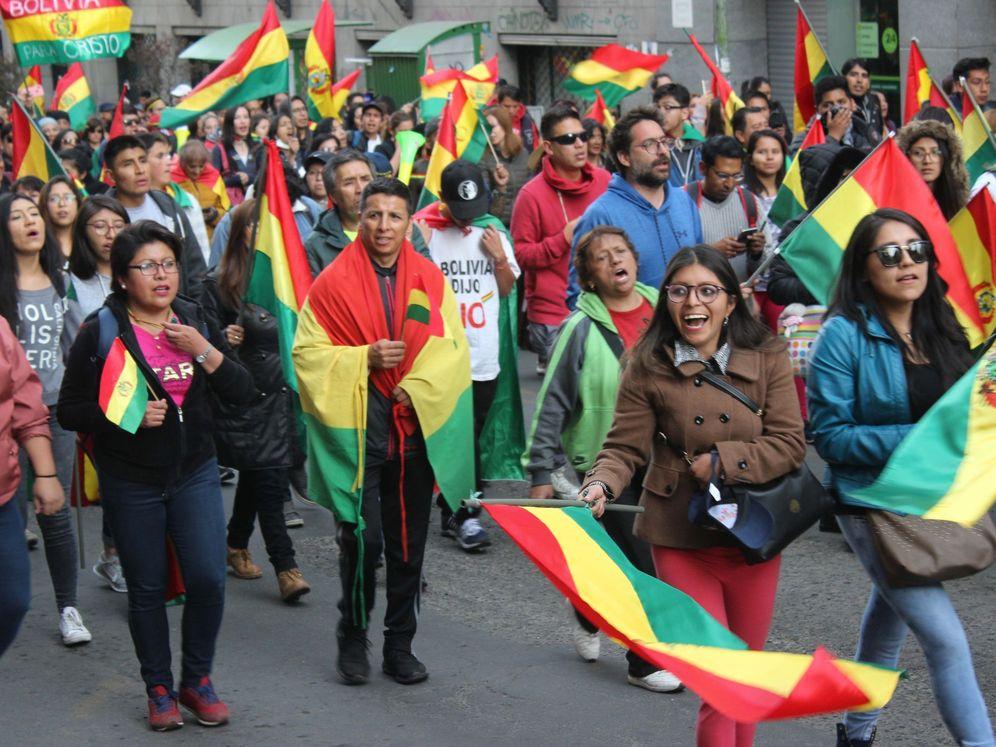 Foto: Foto de archivo: cientos de manifestantes marchan en rechazo al proceso electoral que devino en la reelección del presidente de Bolivia, Evo Morales, en La Paz (Bolivia). (EFE)