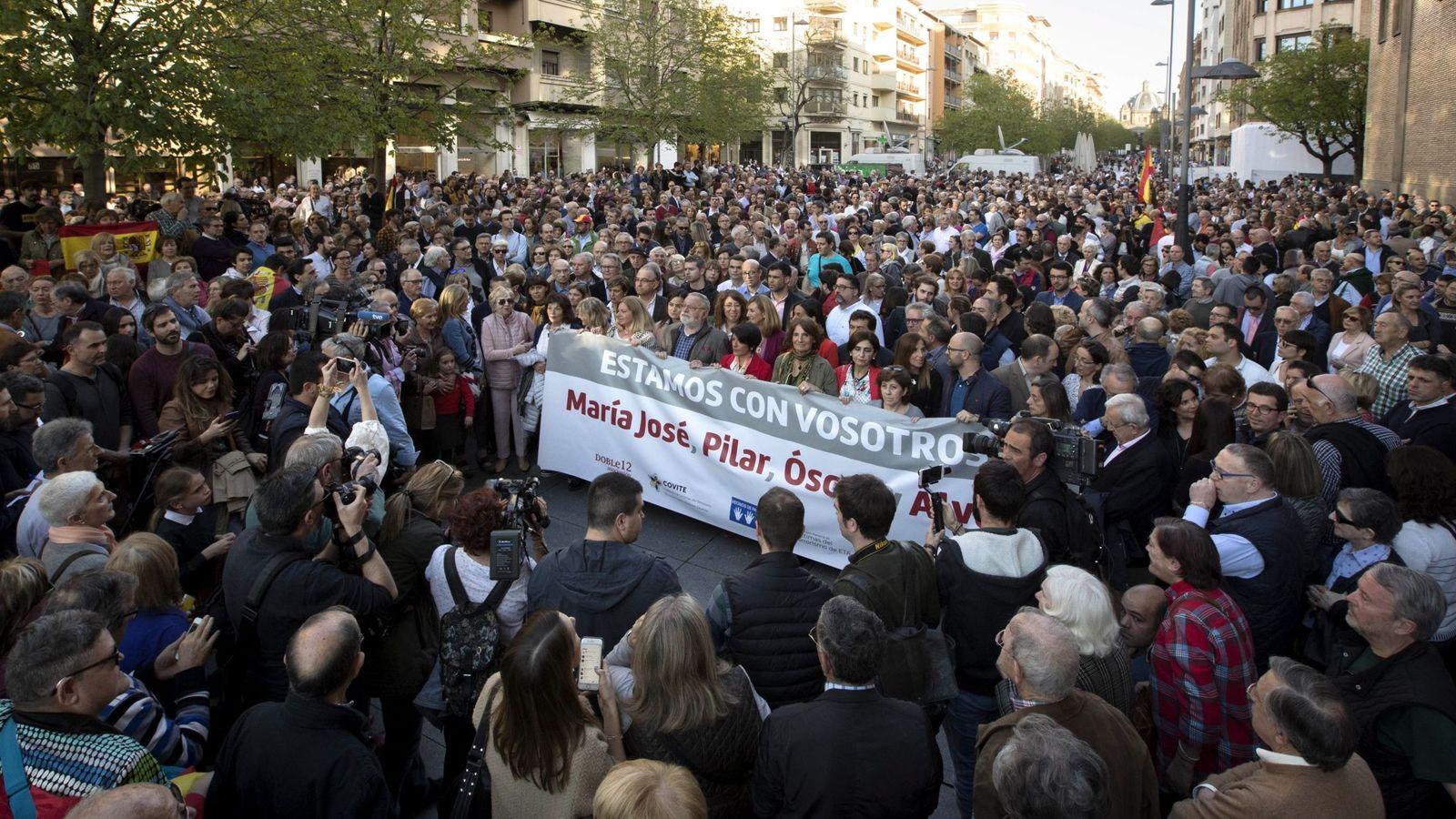 Foto: Cientos de personas salieron el martes a las calles de Pamplona para apoyar a los guardias civiles agredidos. (EFE)