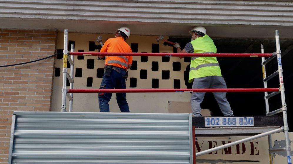 Foto: Varios obreros trabajan en Oviedo, el pasado 4 de mayo. (EFE)