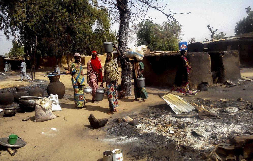 Foto: Un grupo de mujeres nigerianas decide huir del campo de desplazados de Mairi tras un ataque de Boko Haram en la zona, el 8 de febrero de 2016 (EFE)