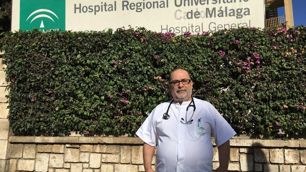 Foto: Héctor Muñoz es el segundo médico más veterano del servicio de Urgencias del hospital Carlos de Haya de Málaga. (A.R.)