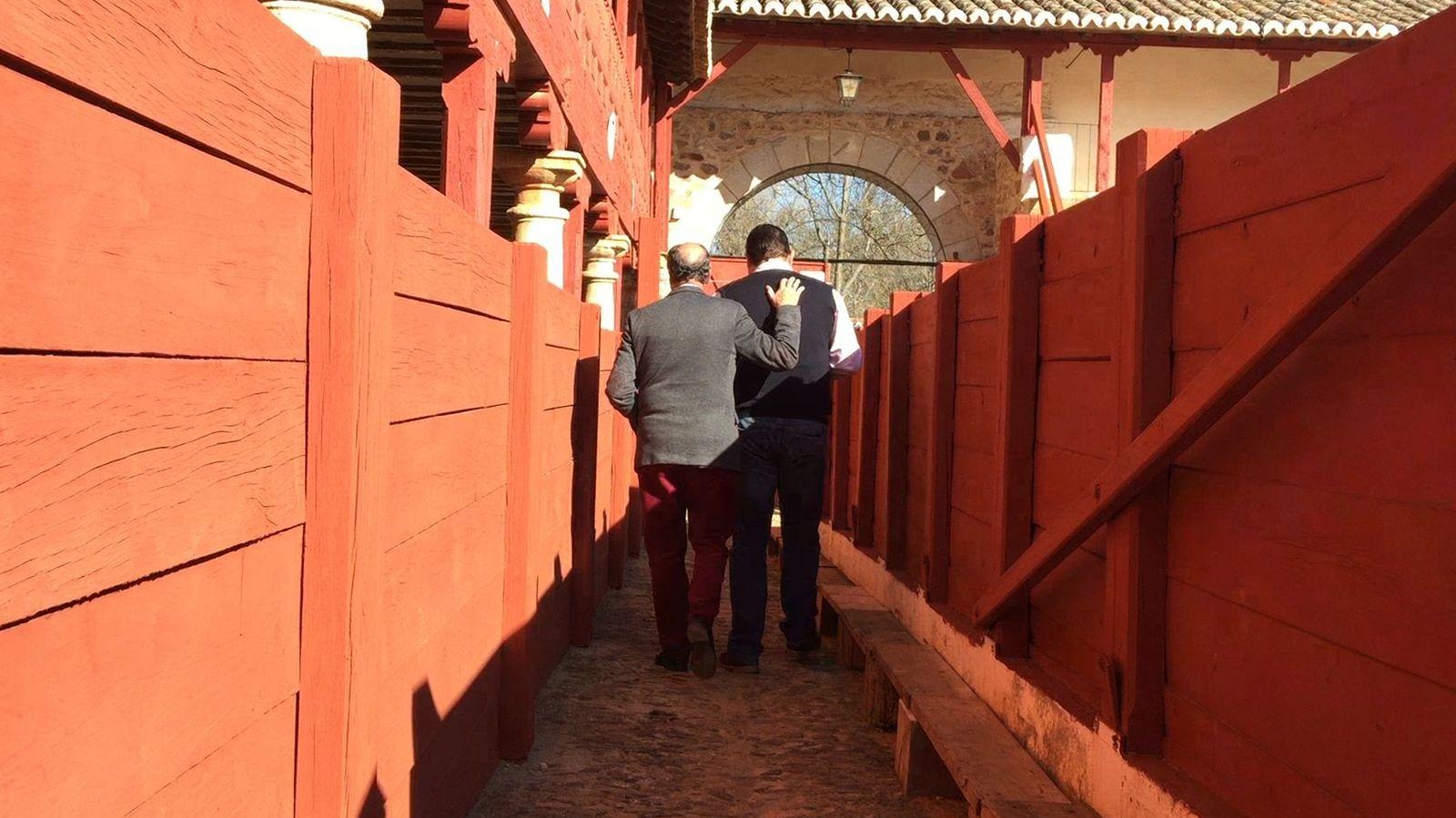 Foto:  Chicharro y Gracia, en el callejón de la Plaza de Toros de la localidad.