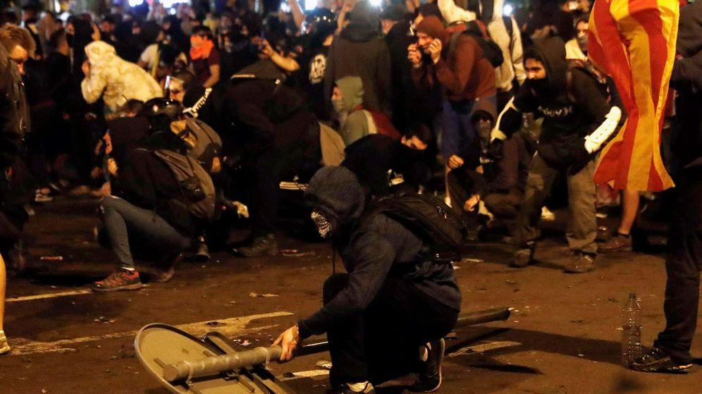 Foto: Manifestantes durante los altercados de este viernes en Barcelona. (EFE)