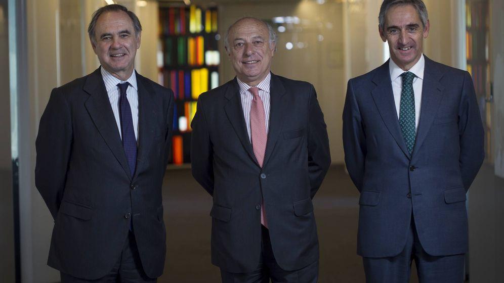 Foto: El presidente Luis de Carlos, el expresidente José María Segovia y el socio director Salvador Sánchez-Terán. (Uría Menéndez)