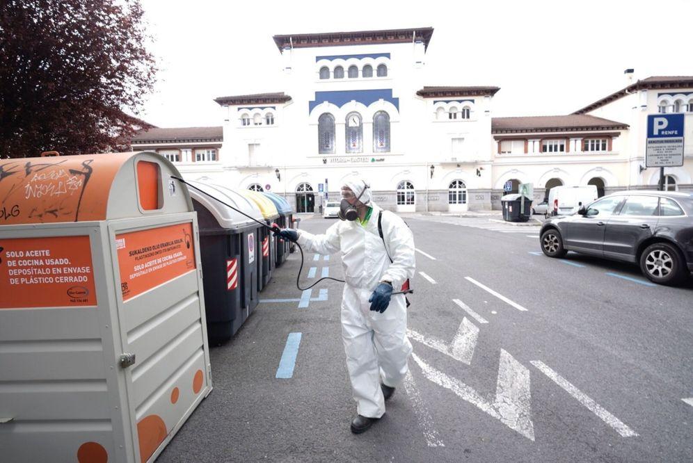 Foto: Un operario del Ayuntamiento de Vitoria desinfectan mobiliario urbano. (EFE)