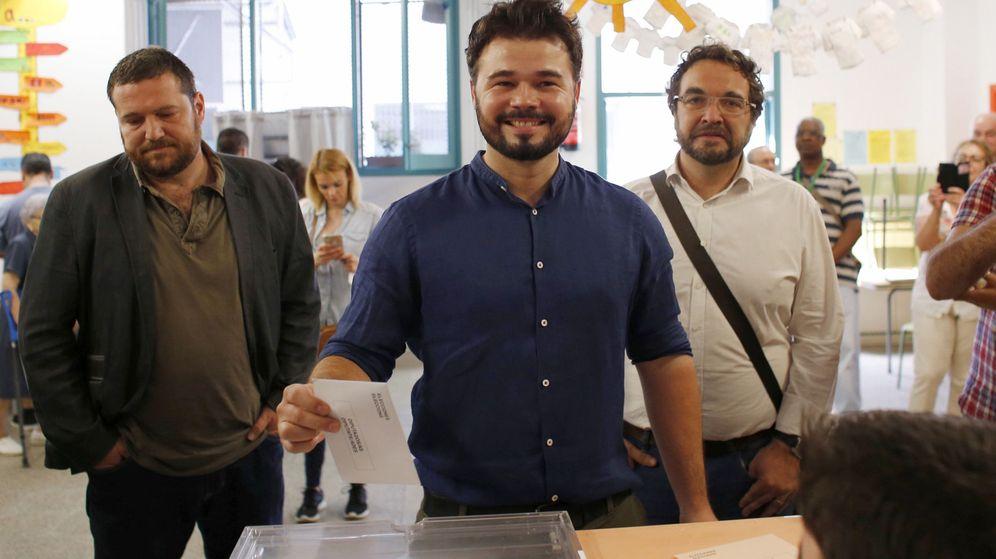 Foto: El cabeza de lista por Barcelona de ERC en las elecciones generales, depositando su voto (Efe).