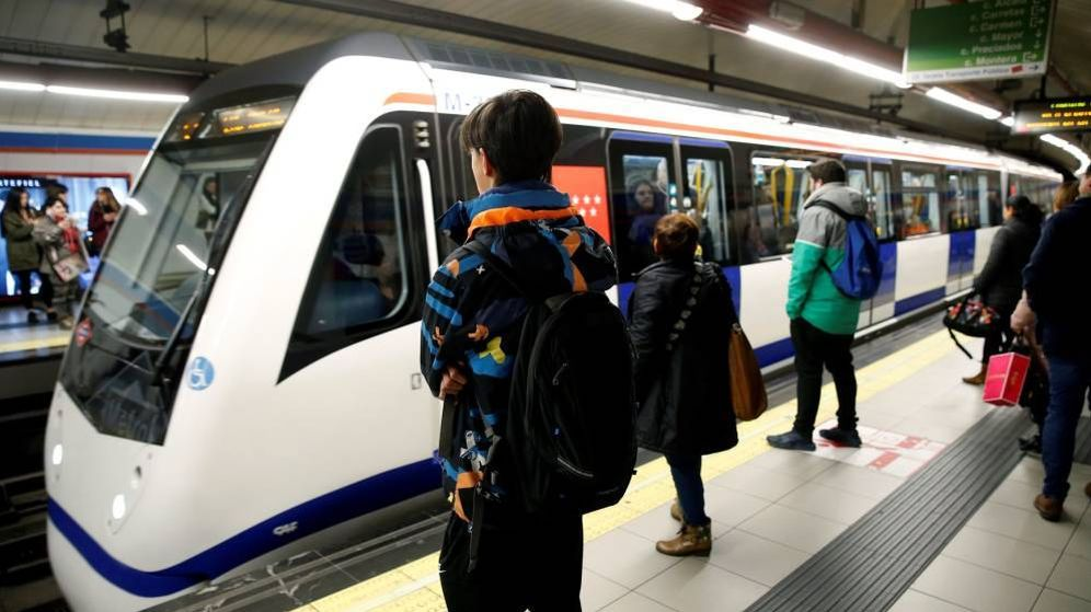 Foto: Viajeros en el anden de una línea de metro de Madrid. (EFE)