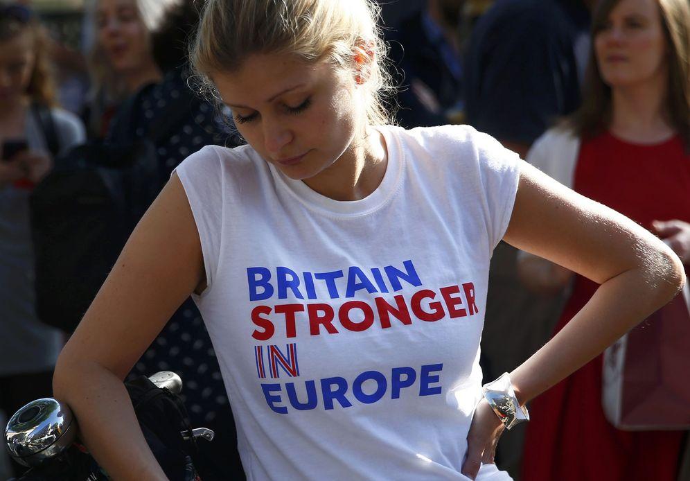 Foto: Una mujer con una camiseta a favor de la permanencia reacciona al resultado de la consulta en Londres. (Reuters)