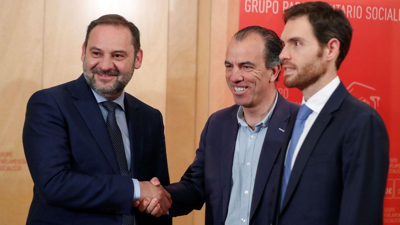 Foto: José Luis Ábalos, con los diputados de UPN Carlos García Adanero (c) y Sergio Sayas (d), este 12 de junio en el Congreso. (EFE)