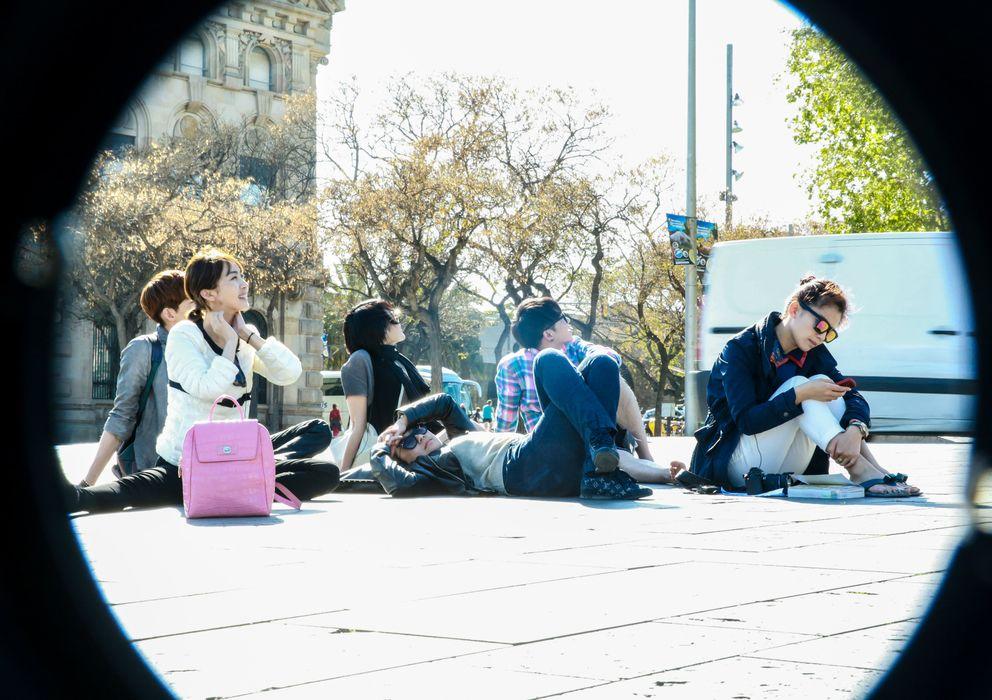 Foto: Los protagonistas del programa Divas 'Hit the Road' descansan en una calle de Barcelona.