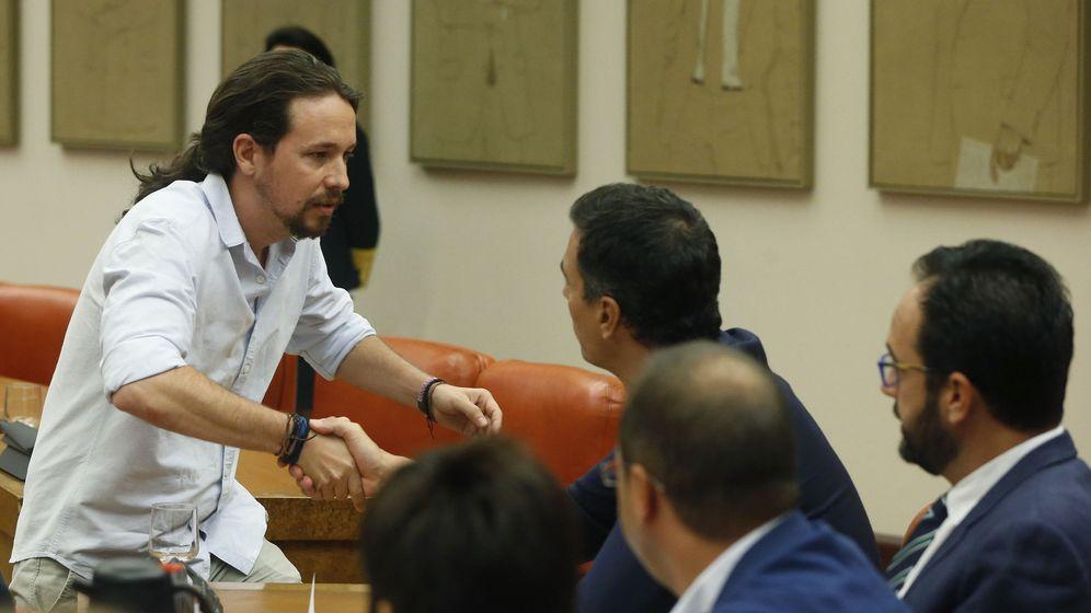 Foto: El secretario general del PSOE, Pedro Sánchez (d), saluda al líder de Podemos, Pablo Iglesias (i), durante la constitución de la Diputación Permanente del Congreso. (EFE)