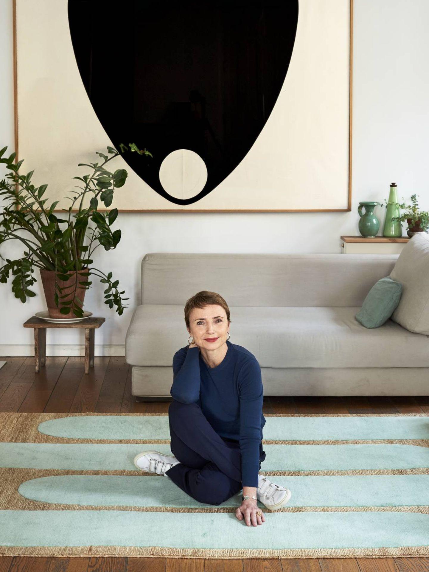 La diseñadora Helena Rohner con una de sus creaciones.