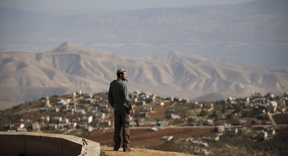 Foto: Un colono observa desde un punto de observación el pueblo de Duma, en Cisjordania, en enero de 2016. (Reuters)